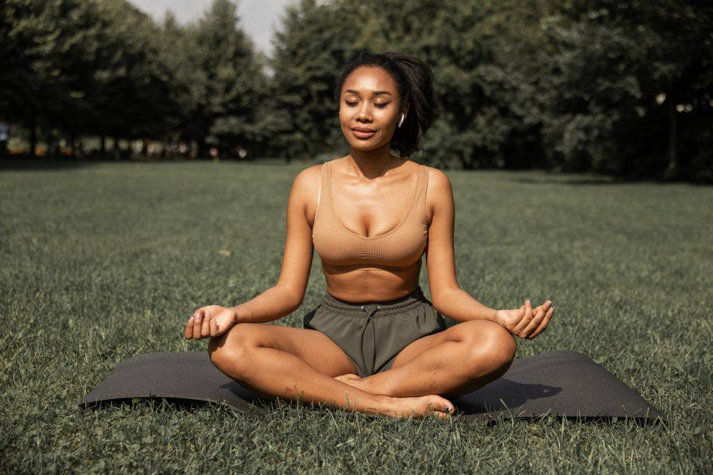 vrouw mediteert op fitnessmat